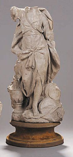 Statue de femme en terre crue drapée à l'antique,...