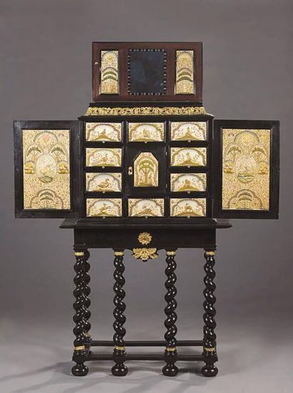 Cabinet en bois noirci, orné d'écoinçons...