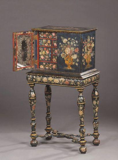 Cabinet en bois laqué à décor de bouquets...