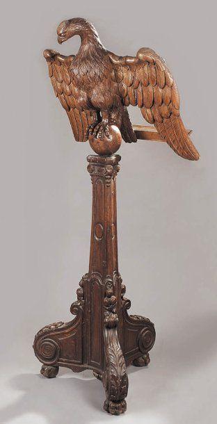Lutrin en chêne sculpté à décor d'un aigle,...