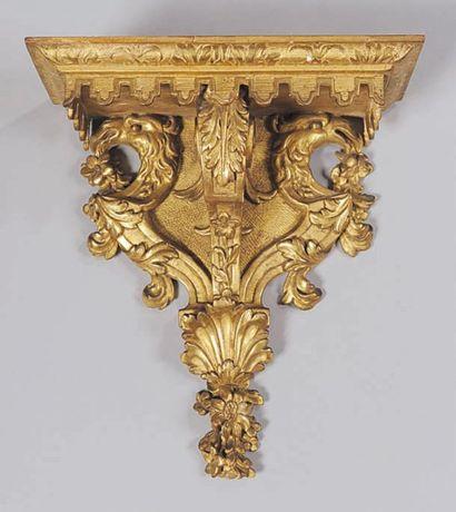 Console en bois sculpté et doré. Le plateau...
