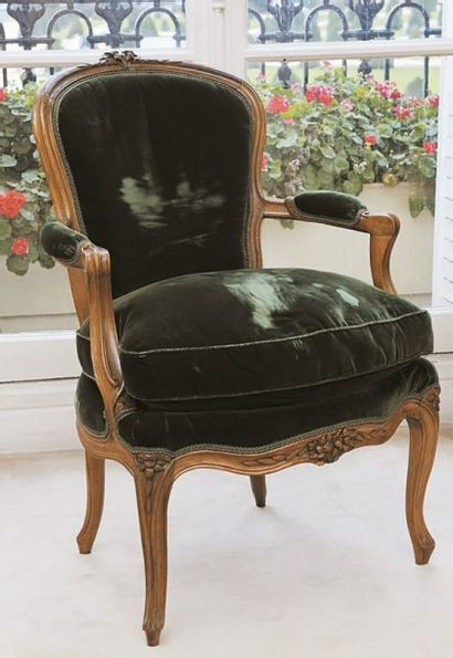 Paire de fauteuils en noyer mouluré et sculpté de fleurettes, accotoirs en coup...