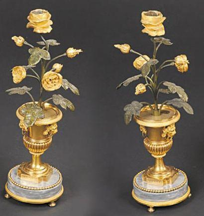Paire de vases sur piédouche formant candélabre...