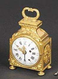 Pendule d'officier en bronze ciselé et doré. Le mouvement à sonnerie par tirage...