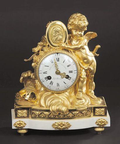 Pendule en bronze ciselé et doré, un amour debout sur les nuages s'appuie au cadran...