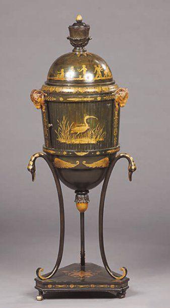Table à ouvrage en forme d'urne en bois...