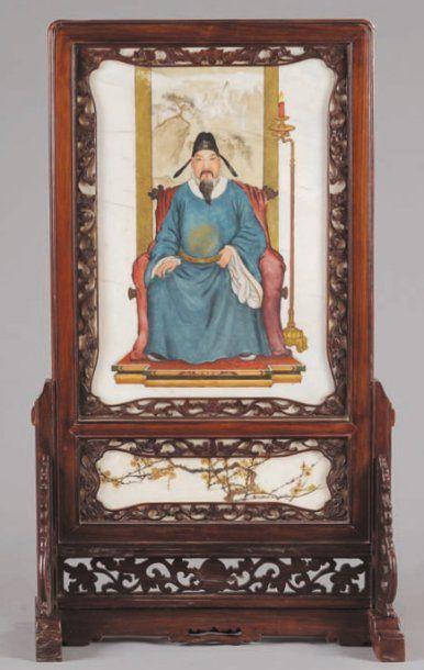 Ecran en albâtre, à décor polychrome d'un dignitaire Ming, assis devant un écran...