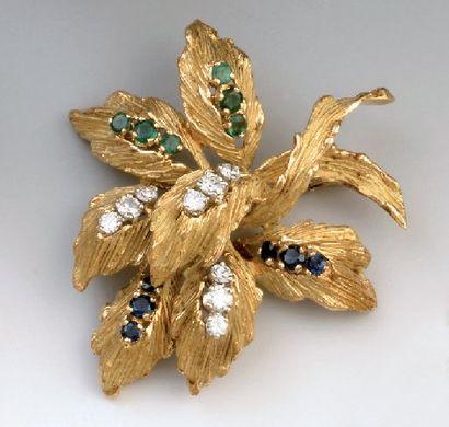 BROCHE en or en forme de feuillage, sertie...