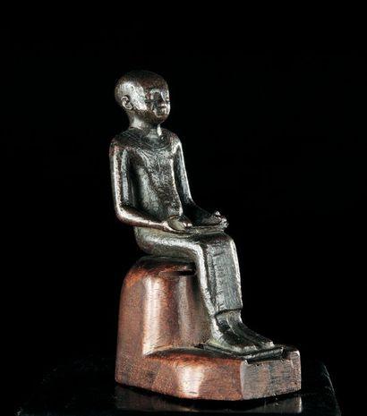 STATUETTE représentant le dieu Imhotep assis...