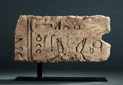 RELIEF FRAGMENTAIRE orné d'une inscription...