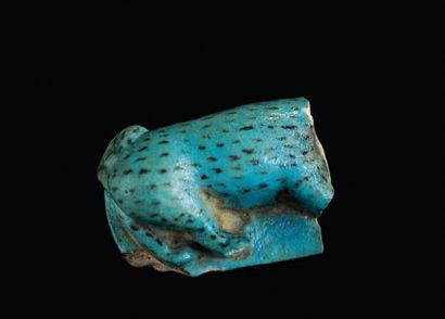 FRAGMENT de statuette représentant, sur une base rectangulaire, un mammifère bleu...