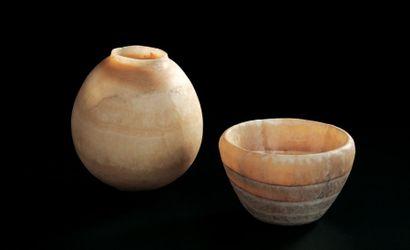 LOT composé d'un vase à panse ovoïde et d'une...