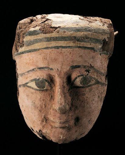 MASQUE anthropomorphe provenant d'un sarcophage....