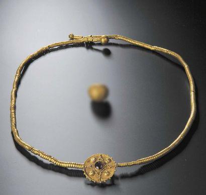 Collier formé à partir d'un ruban en spirale,...