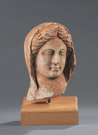 Tête d'Aphrodite provenant d'une statue....