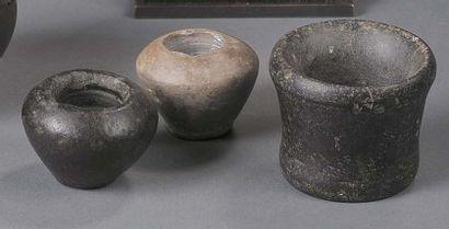Lot composé d'un godet et de deux vases à...