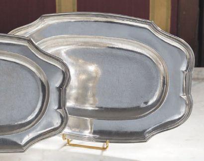 Plat ovale en argent bordé de filets à bouts...
