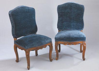 Suite de six chaises en noyer mouluré et sculpté de feuillages et coquilles, le...