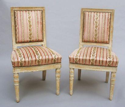 Paire de chaises en bois relaqué crème, posant...