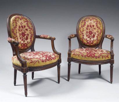Paire de fauteuils en hêtre mouluré et teinté,...