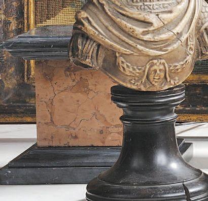 Socle en marbre jaune de Vérone sur un contre...