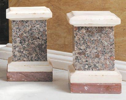 Paire de socles en granit brun d'Assouan,...