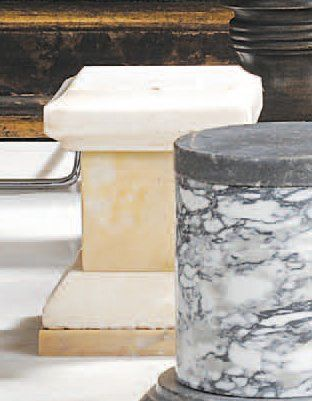 Petit socle en marbre jaune de Sienne et...