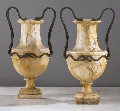 Paire de vases en albâtre mouluré reposant...