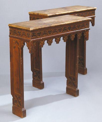 Paire de consoles en bois laqué à décor néo-gothique...