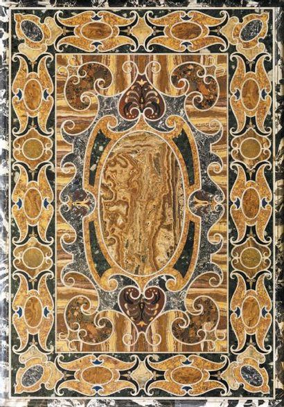Plateau de marbre à décor de rinceaux feuillagés...