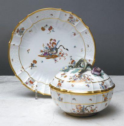 MEISSEN ECUELLE ronde couverte et son présentoir circulaire, à décor en léger relief...