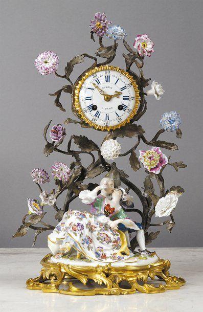 MEISSEN PENDULE formée d'un groupe en porcelaine de Meissen représentant un couple...