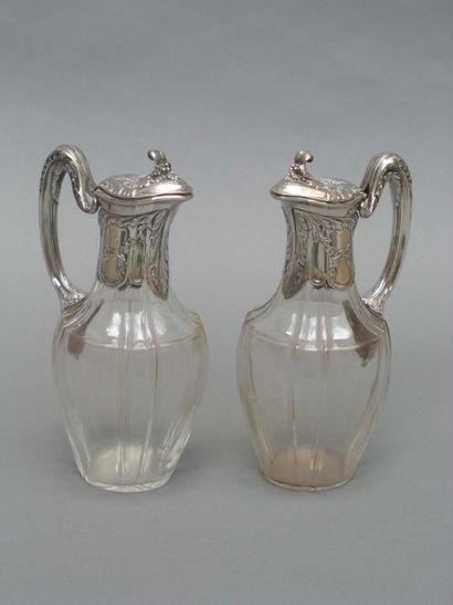 Paire de carafes en verre de forme balustre...