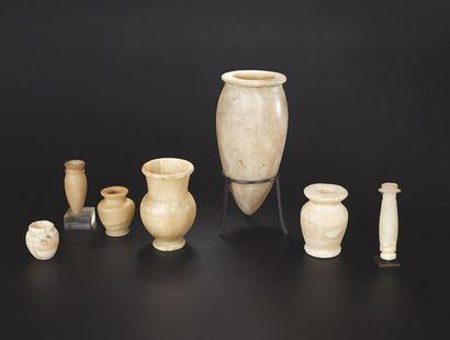 Vase à panse ovoïde allongée et à lèvre plate...