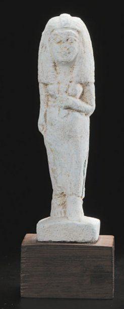 Statuette représentant une femme debout sur...