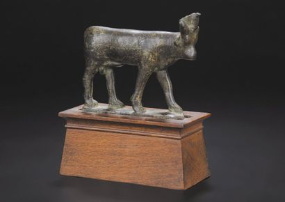Statuette représentant le taureau Apis passant...