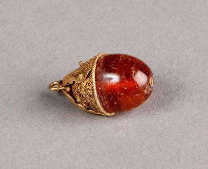 PENDENTIF en or filigrané orné d'une ambre....