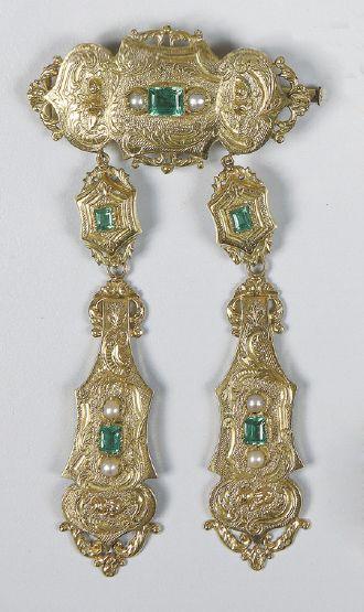 BROCHE à deux pendants en or 14 carats ornée...