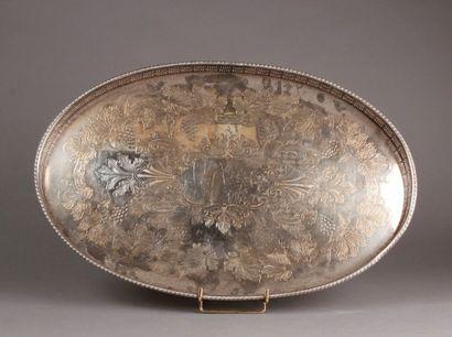 PLATEAU ovale en métal plaqué argent à décor...