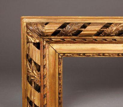 Grand CADRE en bois sculpté et redoré à décor...