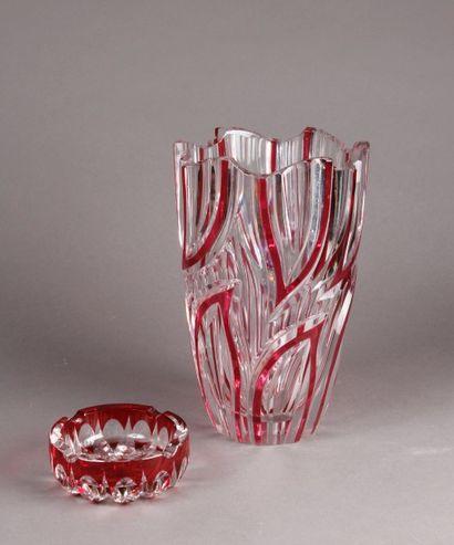 VASE et CENDRIER en cristal à rehauts rouges...
