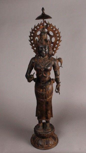 Grand BODHISATTVA en bronze représenté debout,...