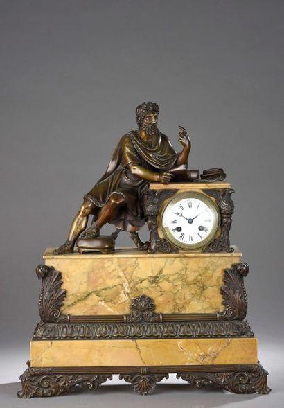 PENDULE en bronze et marbre jaune de Sienne...