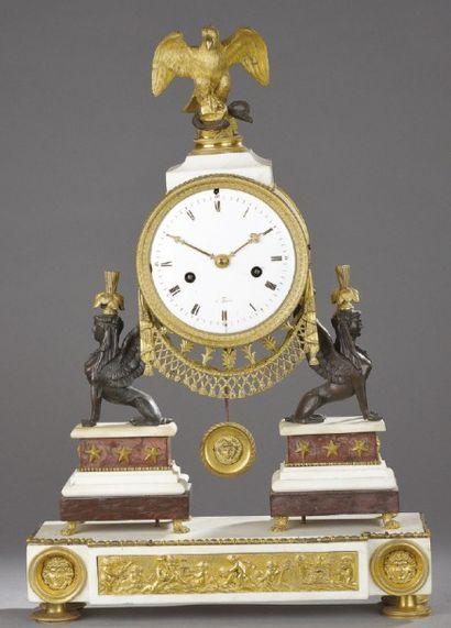 PENDULE en bronze doré et patiné, marbre...