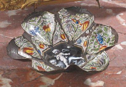 Coupe polylobée en émail, décor de fleurs...