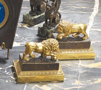 Paire de lions en bronze ciselé patiné et...