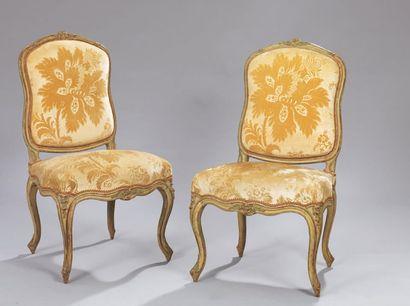 Paire de chaises en bois finement mouluré...