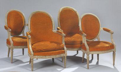 Paire de fauteuils en bois relaqué à dossier...