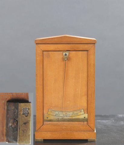 Thermomètre en citronnier et bronze de forme...