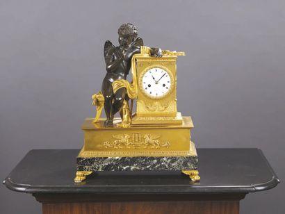 Pendule en bronze ciselé patiné et doré à...